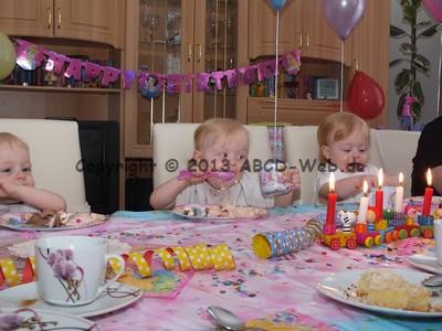 Unsere Drillinge Essen selber und beim Geburtstag schmeckt es besonders gut!