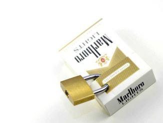 Das Beste für Raucher im Auto wäre vermutlich eine Zigarettenschachtel mit Schloss. ;-)