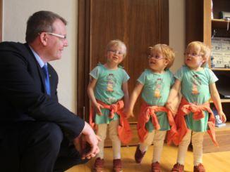Freiberger Bürgermeister Sven Krüger mit Birkhahn Drillingen zum 5. Geburtstag